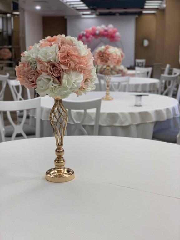aranjamente florale decoratiuni flori naturale artificiale flori din matase decoratiuni prezidiu mese de invitati nunta botez cununie civila arcada de flori iasi eveniemnte biserica slujba restaurant locatie acasa flori roz alb ghirlande stalpisori sevalet oglinda intrare