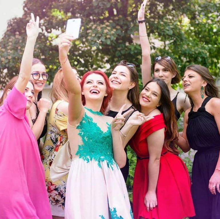 organizare evenimente iasi nunta botez aniversare majorat corporate piscina baby shower gender reveal candy bar decoratiuni flori baloane cu heliu mascote animatori pentru copii hostess restaurant local terasa acasa miri mireasa planning wedding planner iasi